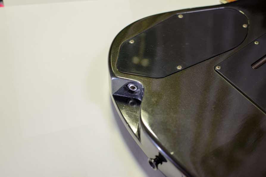 """Yamaha RGX612S - The carefully designed """"recessed"""" input jack"""