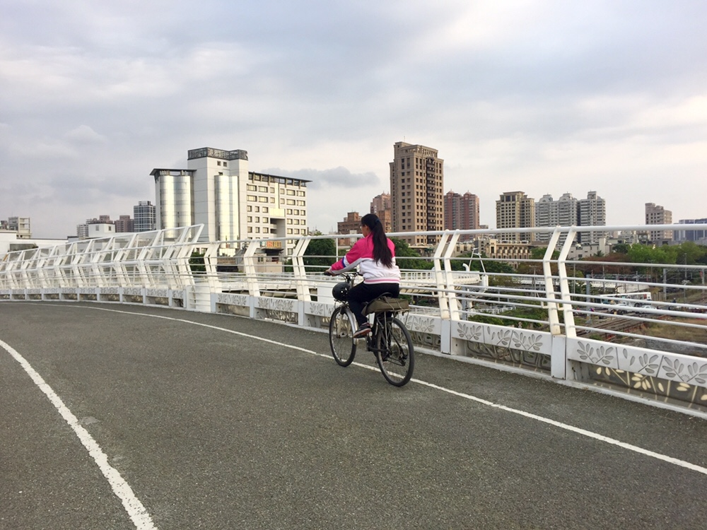 Cueihua Bicycle BridgeRiding along the Cueihua Bicycle Bridge