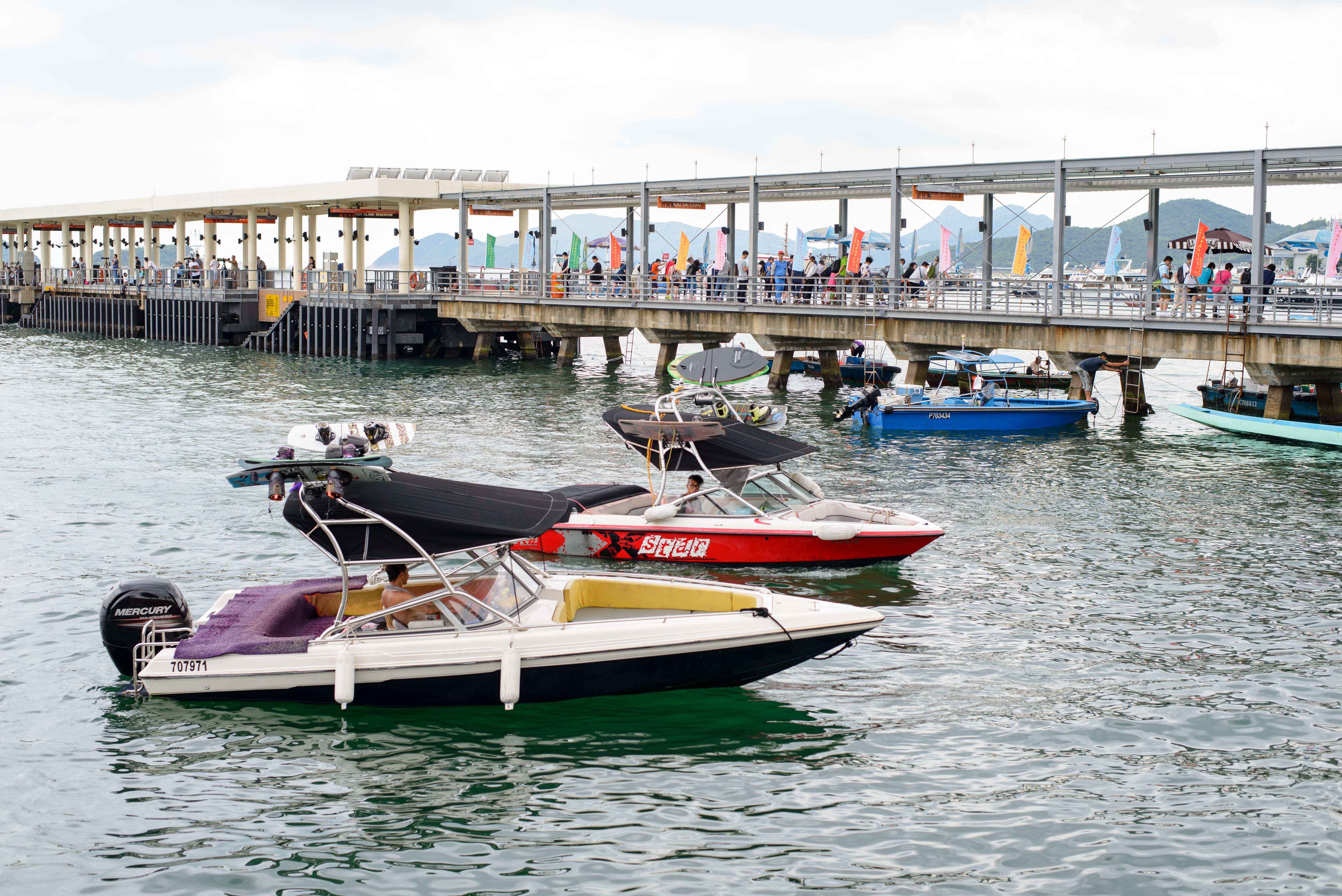 Speedboats lining up for loading of passengers