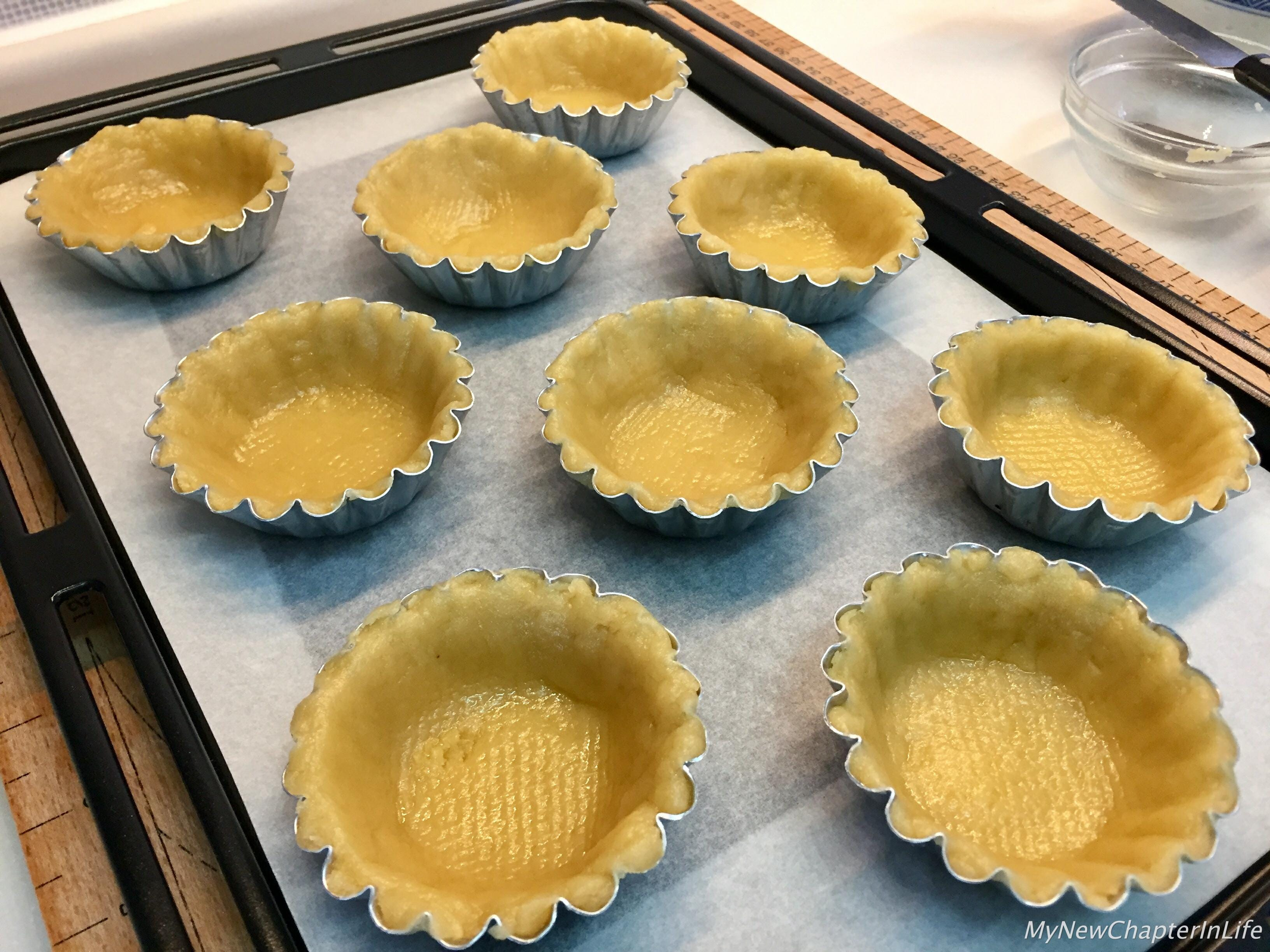 Lightly press the butter pastry base into the egg-tart mould