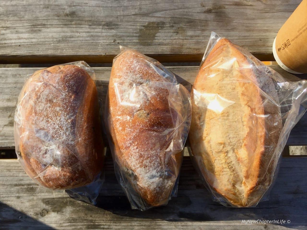 由左至右: 蔓越莓麵包,法國小藍莓麵包及飛龍麵包