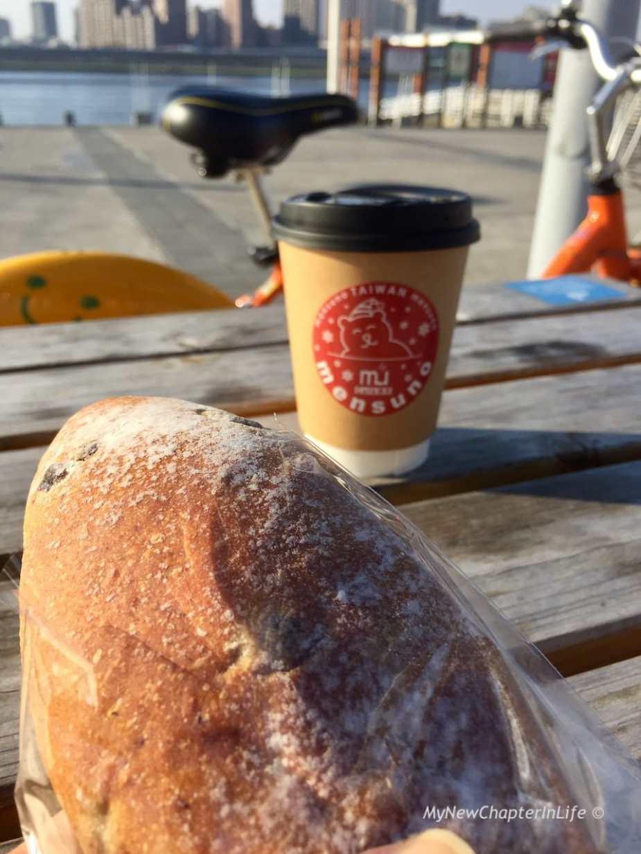 法國小藍莓麵包配上熱咖啡