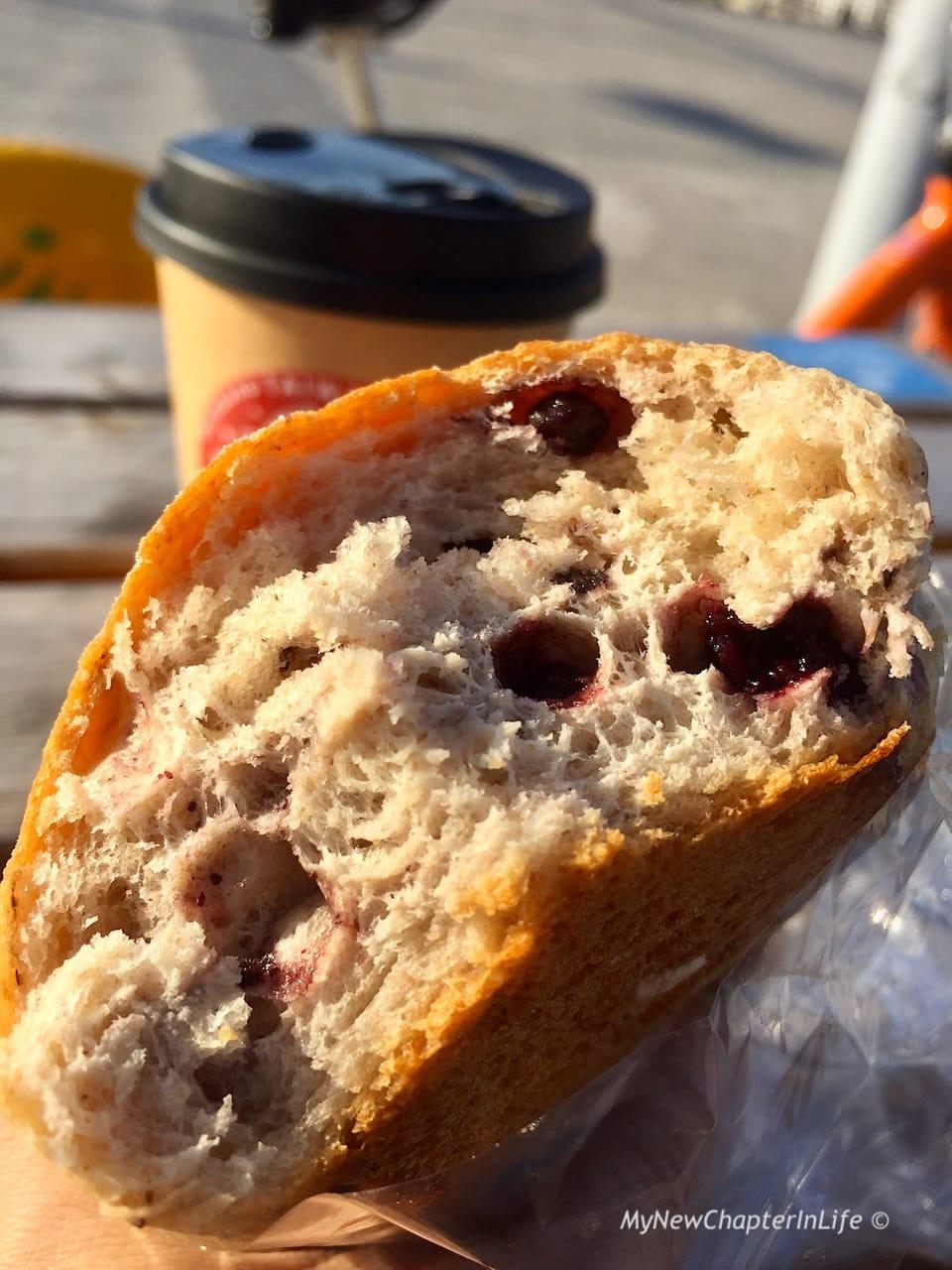 鬆軟的法國小藍莓麵包內層