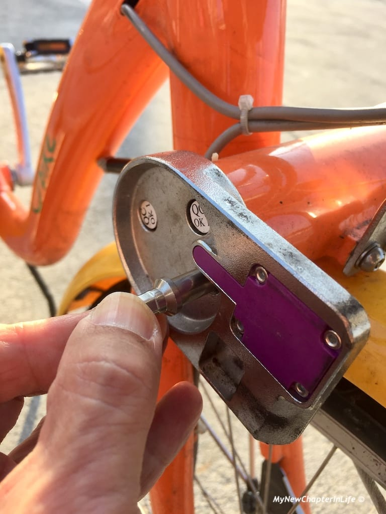 先把鋼索穿過前輪,再插入索孔 Use the steel wire to lock the front wheel and insert the end of the wire into the lock