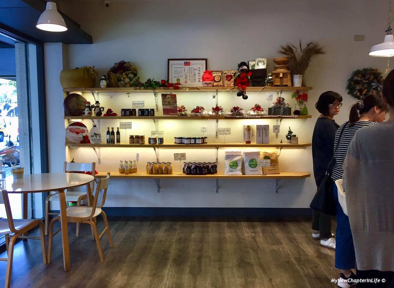 店內亦有售賣其他烘焙或麵包有關的物品 Other baking and bread related products are also sold here