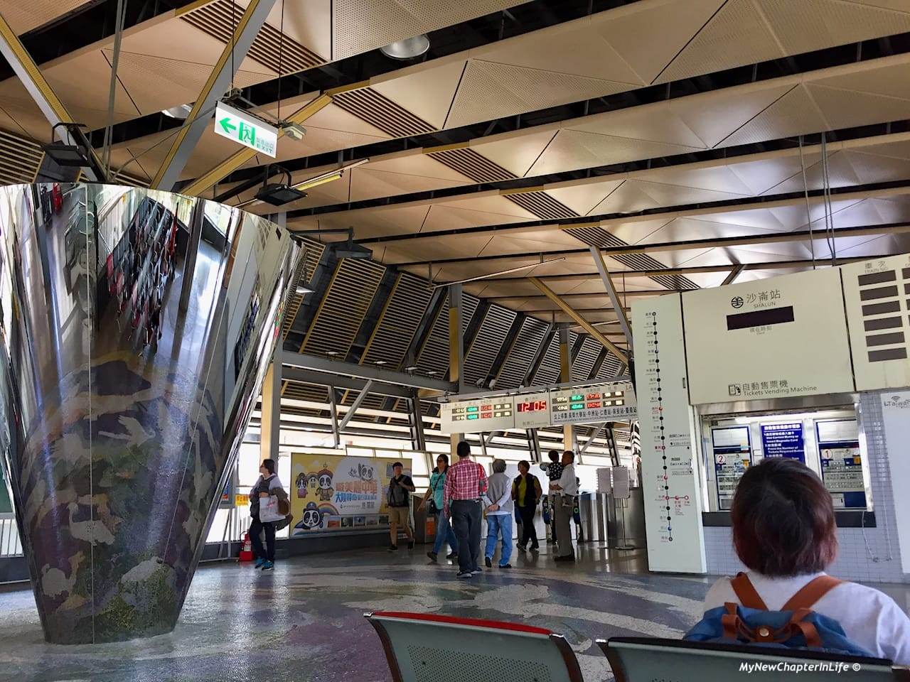 在沙崙站等待往台南市的台鐵列車 Waiting for next local train to Tainan City