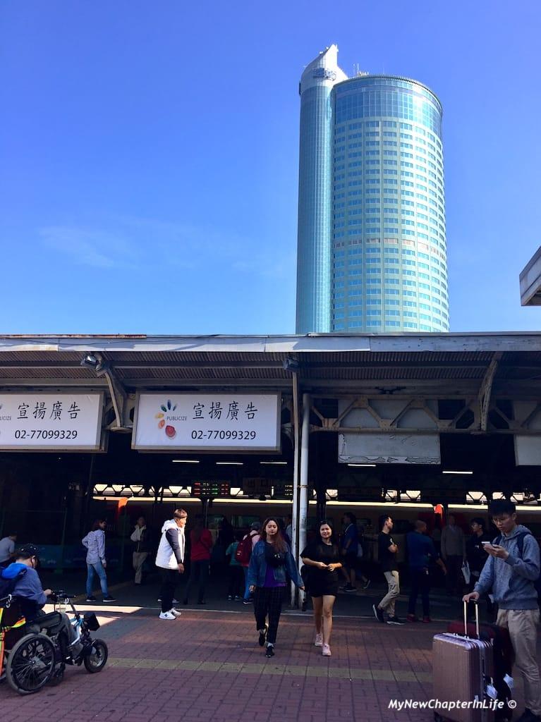 人頭湧湧的台南市車站 The congested Tainan City Train Station
