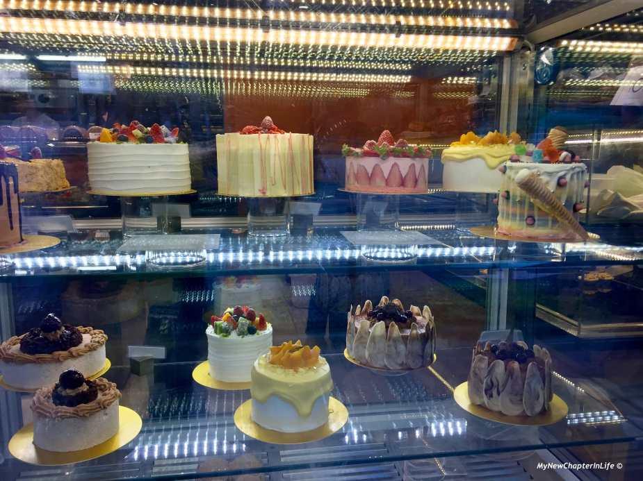 多款忌廉疍糕,份量頗大 Cream cakes are quite large in size
