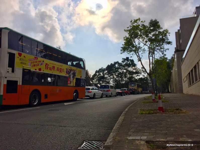 山頂道長長的車龍 Vehicles queued at the Peak Road