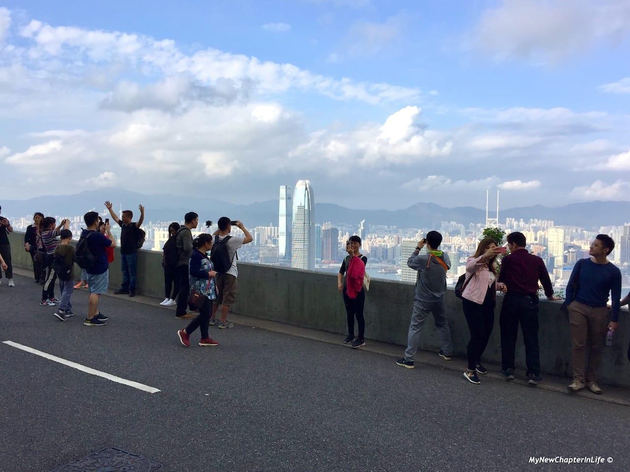 美景與白加道上的遊人 Tourists busy in taking shots of the nice scenery at Barker Road